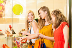 Compra da sapata dos amigos em uma alameda Fotografia de Stock Royalty Free