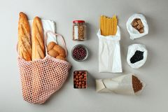 Compra de comida in?til cero bolsos naturales del eco y tarro de cristal con la comida, eco amistoso, endecha plana Concepto sost fotografía de archivo