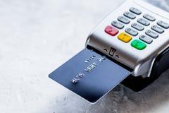 Compra de concepto con el pago de la tarjeta y del terminal en backg de la tabla Imagenes de archivo