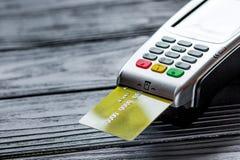 Compra de concepto con el pago de la tarjeta y del terminal en backg de la tabla Imagen de archivo libre de regalías
