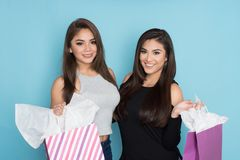 Compra de dois adolescentes fotografia de stock royalty free