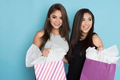 Compra de dois adolescentes imagens de stock royalty free