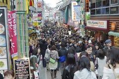 Compra de domingo em Takeshita Dori, Tokyo imagem de stock royalty free
