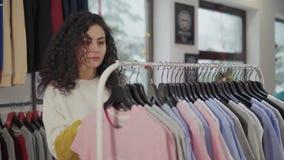 Compra de encantamento da jovem mulher no boutique video estoque