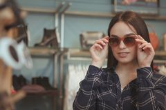 Compra de encantamento da jovem mulher para o eyewear imagens de stock