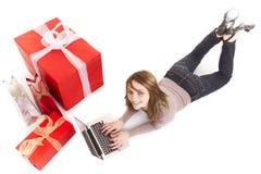 Compra de la muchacha con la computadora portátil Imagen de archivo libre de regalías