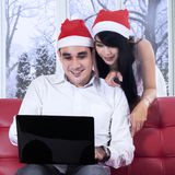 Compra de la mujer en línea con su marido Fotos de archivo libres de regalías