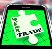 Compra de las demostraciones de Smartphone del comercio justo Foto de archivo libre de regalías
