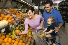 Compra de mantimento da família. Fotos de Stock