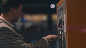 Compra del hombre de negocios con una m?quina expendedora almacen de metraje de vídeo