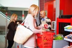 Compra do cliente no supermercado foto de stock