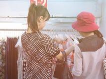 Compra do cliente para a blusa na loja de roupa com filme análogo imagens de stock