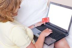 Compra do comércio eletrônico no portátil foto de stock royalty free