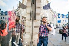 Compra do homem do moderno nas ruas de Londres Fotos de Stock