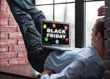 Compra do homem no Internet Black Friday Fotografia de Stock Royalty Free