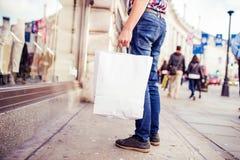 Compra do homem novo na cidade Imagens de Stock Royalty Free