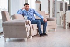 A compra do homem novo na loja de móveis Imagem de Stock Royalty Free