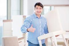 A compra do homem novo na loja de móveis Imagem de Stock