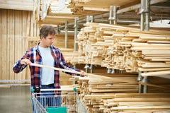 Compra do homem para a madeira na loja Fotografia de Stock Royalty Free
