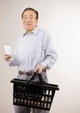Compra do homem para mantimentos com lista de compra Fotos de Stock Royalty Free