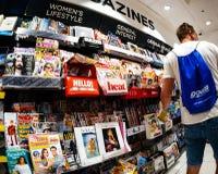 Compra do homem para o jornal novo no quiosque da imprensa de Londres fotografia de stock royalty free
