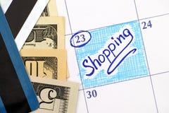 Compra do lembrete no calendário com notas de dólar e cartões de crédito Imagem de Stock Royalty Free