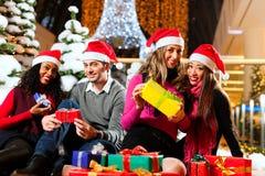 Compra do Natal dos amigos com presentes na alameda Foto de Stock Royalty Free