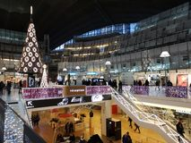 Compra do Natal na defesa do La, Paris, França fotografia de stock