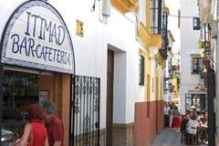 Compra e cafés exteriores em Sevilha do centro Foto de Stock Royalty Free