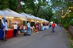 Compra e curso dos povos no mercado de rua de passeio da noite tim Fotografia de Stock Royalty Free