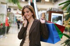 Compra e fala da mulher Fotografia de Stock