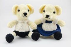 A compra e a menina fazem crochê a boneca isolada Fotografia de Stock