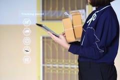 Compra em linha, m?o da mulher que guarda o telefone esperto e que segue o pacote em linha para atualizar o estado com holograma, imagem de stock royalty free