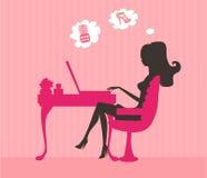 Compra em linha - mulher de sorriso nova que senta-se com Fotografia de Stock