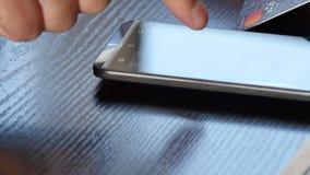Compra em linha pelo dispositivo do smartphone e pelo cartão de crédito vídeo de 4k UltraHD filme
