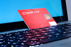 Compra em linha, portátil e fim do cartão de crédito acima Fotografia de Stock