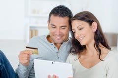 Compra em linha usando o tablet pc imagens de stock royalty free