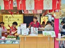 Compra em Nakamise Dori, uma das ruas as mais velhas da compra no Tóquio, Japão Fotos de Stock