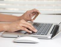Compra en línea con una tarjeta de crédito Foto de archivo