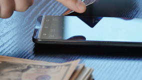 Compra en línea por el dispositivo del smartphone y la tarjeta de crédito vídeo de 4k UltraHD almacen de video