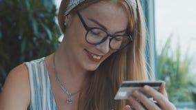 Compra fêmea em linha no café vídeos de arquivo