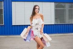 Compra fêmea A senhora leva sacos de papel com venda quente do texto, venda grande Para vendas e discontos Compra, forma, estilo Foto de Stock Royalty Free