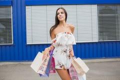 Compra fêmea A senhora leva sacos de papel com venda quente do texto, venda grande Para vendas e discontos Compra, forma, estilo Imagens de Stock Royalty Free
