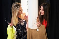 Compra feliz da mulher para a roupa na loja imagens de stock royalty free
