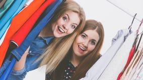 Compra feliz da roupa das mulheres Imagens de Stock Royalty Free