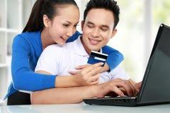 Compra feliz dos pares em linha Imagens de Stock Royalty Free