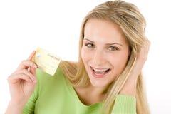 Compra Home - cartão de crédito da terra arrendada da mulher nova Imagens de Stock Royalty Free