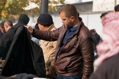 Compra iraquiana do homem para a roupa do inverno Imagens de Stock