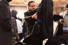 Compra iraquiana do homem para a roupa do inverno Fotos de Stock Royalty Free