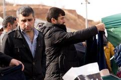 Compra iraquiana do homem para a roupa do inverno Fotografia de Stock Royalty Free